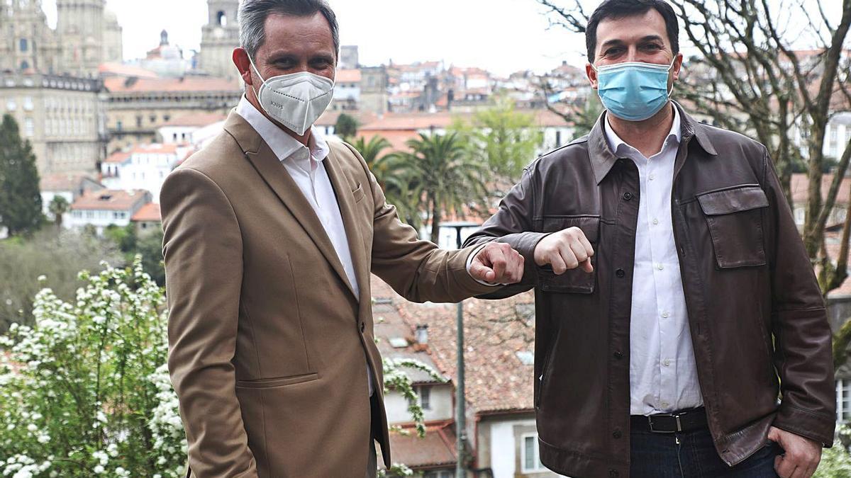 Gonzalo Caballero (derecha) junto a Miñones, ayer, en la Alameda de Santiago. |   // XOÁN ÁLVAREZ