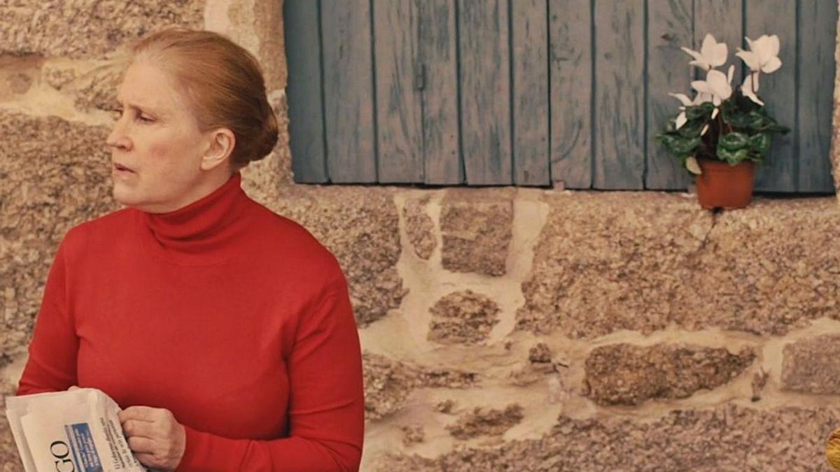 A actriz Casilda Alfaro, nun dos spots publicitarios, gravado no entorno da praia de Beluso. |
