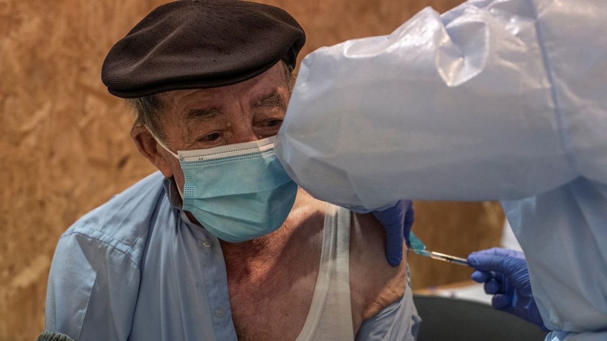 Un hombre mayor vacunándose.