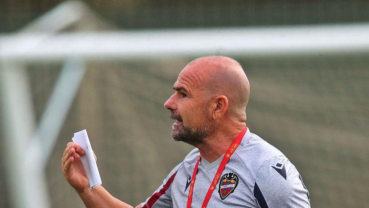 Paco López gesticula durante un entrenamiento de esta semana.  | F. CALABUIG