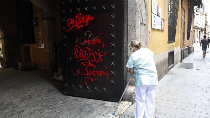 Clamor en Ciutat Vella contra los actos vandálicos en los edificios históricos