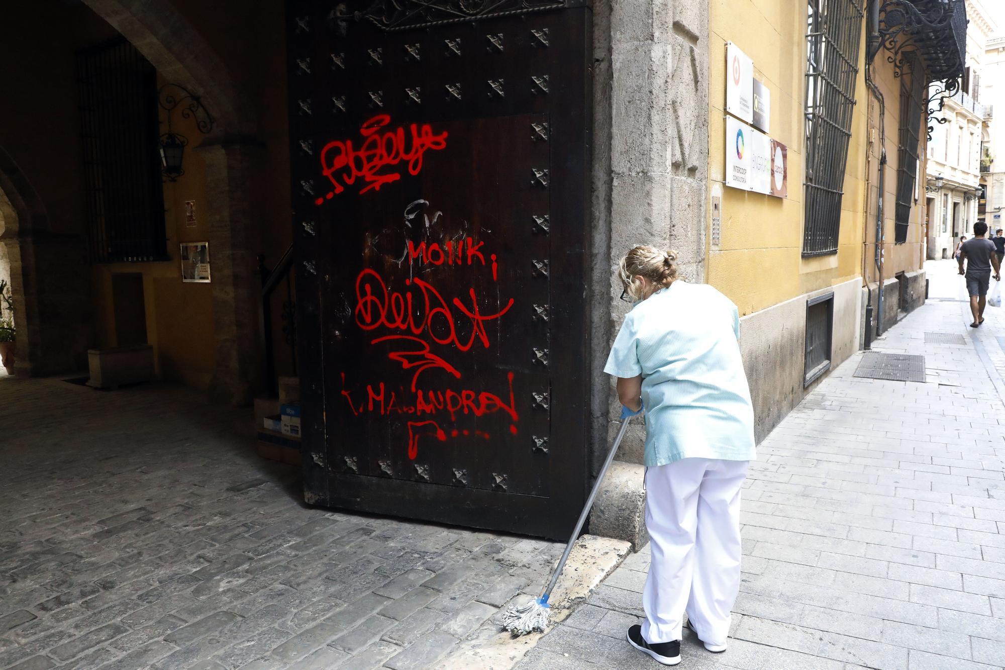 Las pintadas en el portón de entrada del Palau dels Mercader