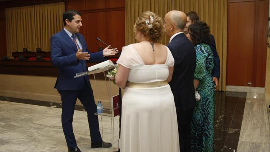 Más de una treintena de parejas reserva fecha de boda