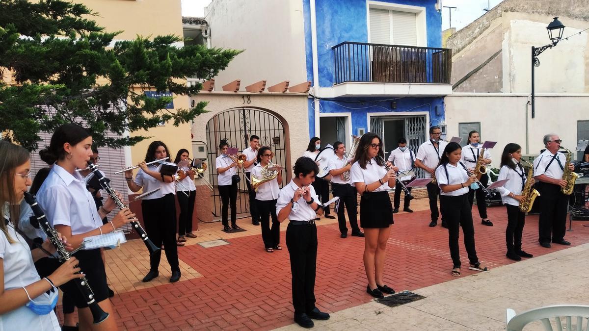 La Unió Musical Els Poblets ha deleitado al público con actuaciones en las tres plazas del pueblo