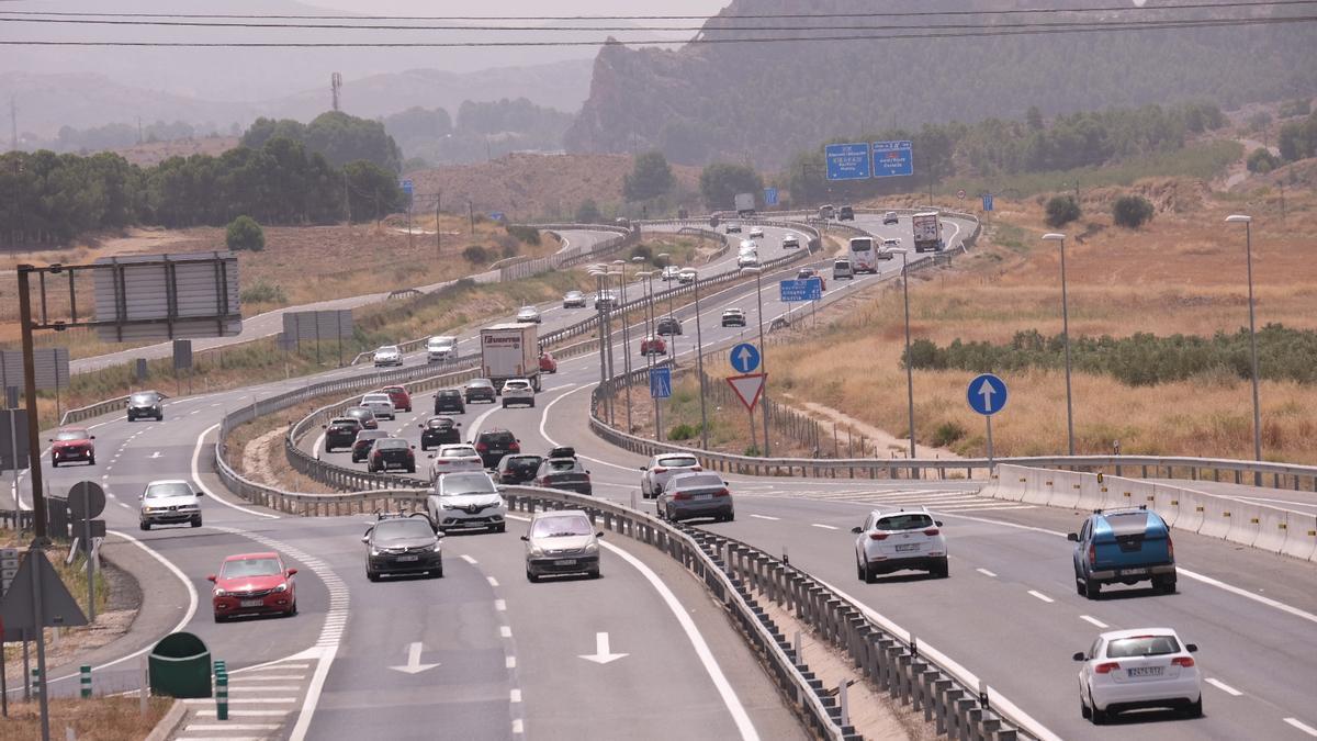 Tráfico intenso de vehículos en la autovía que conecta Alicante-Villena, desdoblada de la antigua nacional y mal peraltada en muchas zonas.