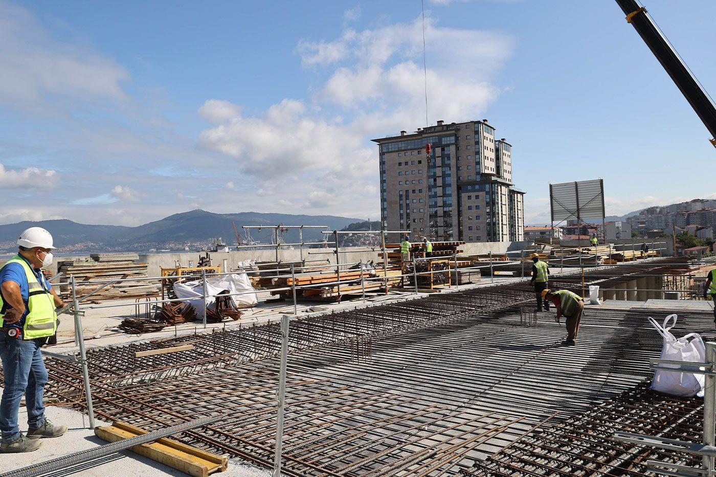 Operarios trabajando en la estructura del complejo intermodal
