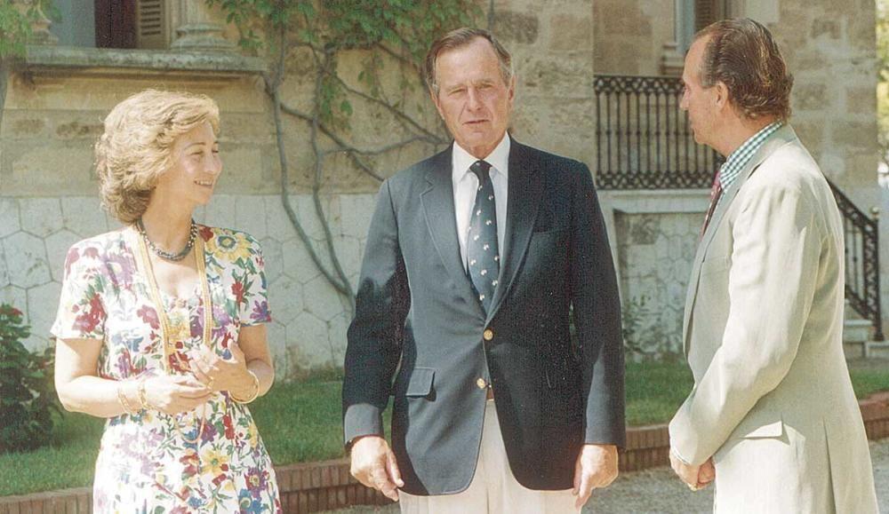 Doña Sofía y don Juan Carlos junto a George Bush (padre).