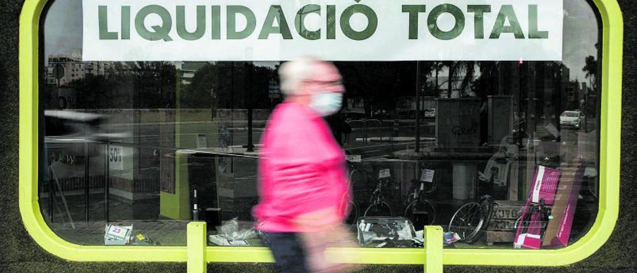 Las persianas bajadas y los carteles de liquidación se han ido extendiendo entre los comercios de la Comunidad Valenciana desde el inicio de la crisis.   GERMÁN CABALLERO