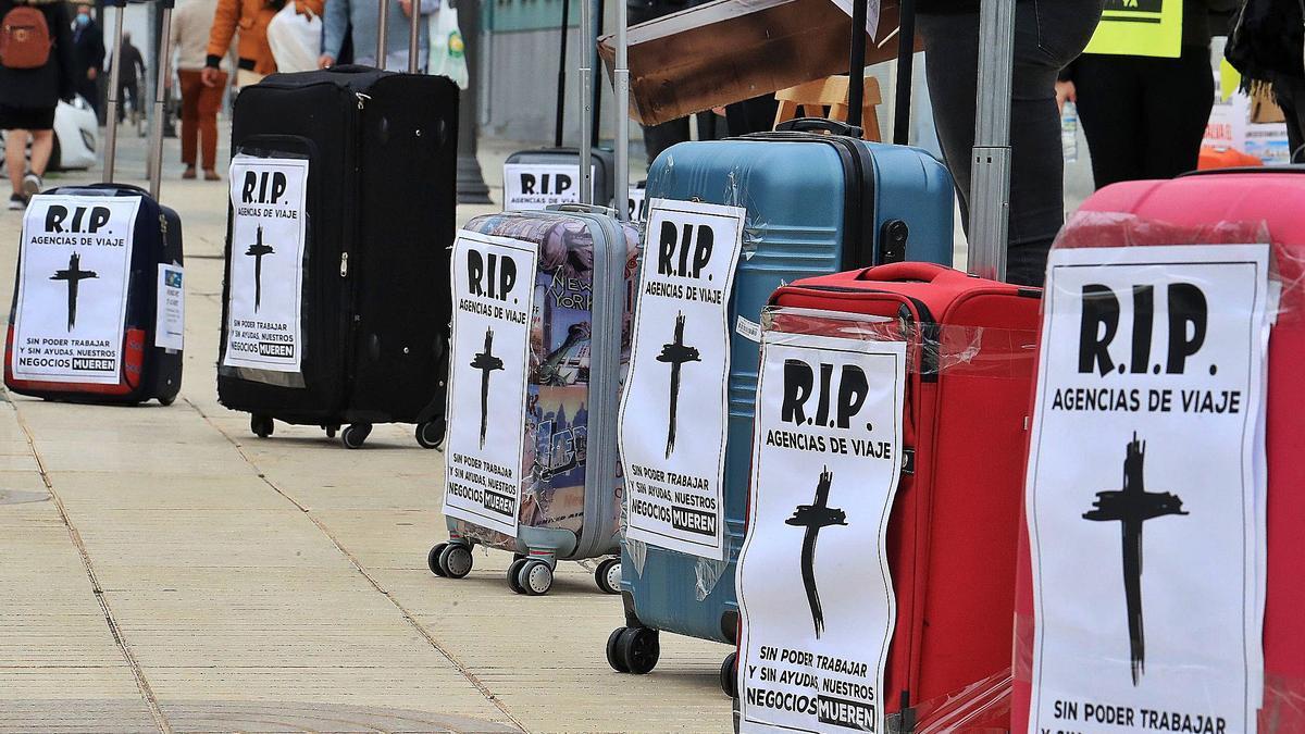 Protesta de las agencias de viajesen la Asamblea Regional parareclamar ayudas por la pandemia. J.C.
