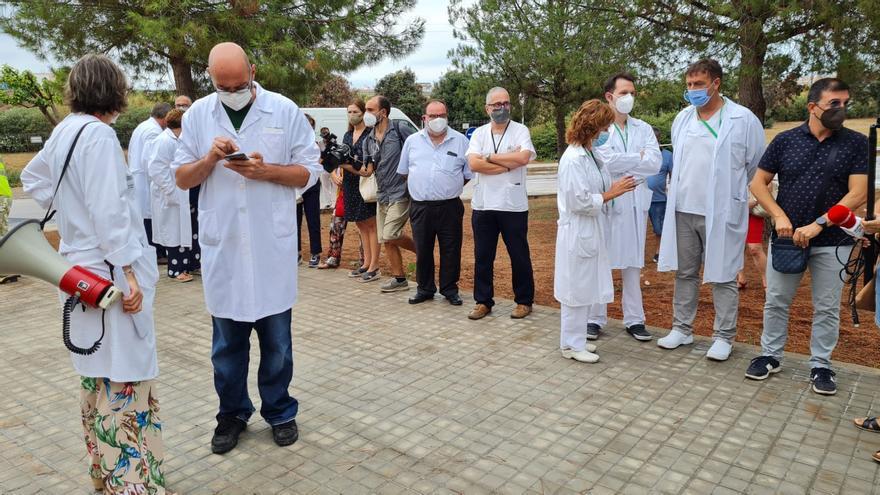 Celebran una concentración en apoyo al personal de la UCI de la Plana tras la polémica por la ozonoterapia