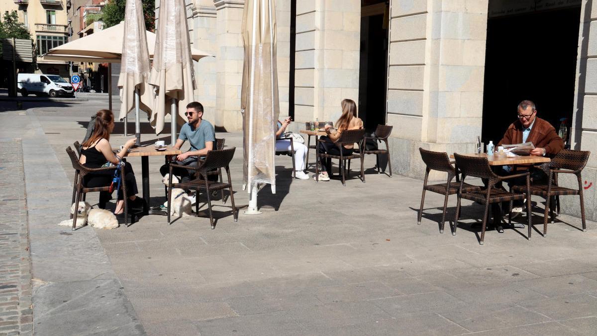 El Govern estudia prohibir fumar al carrer i a les terrasses