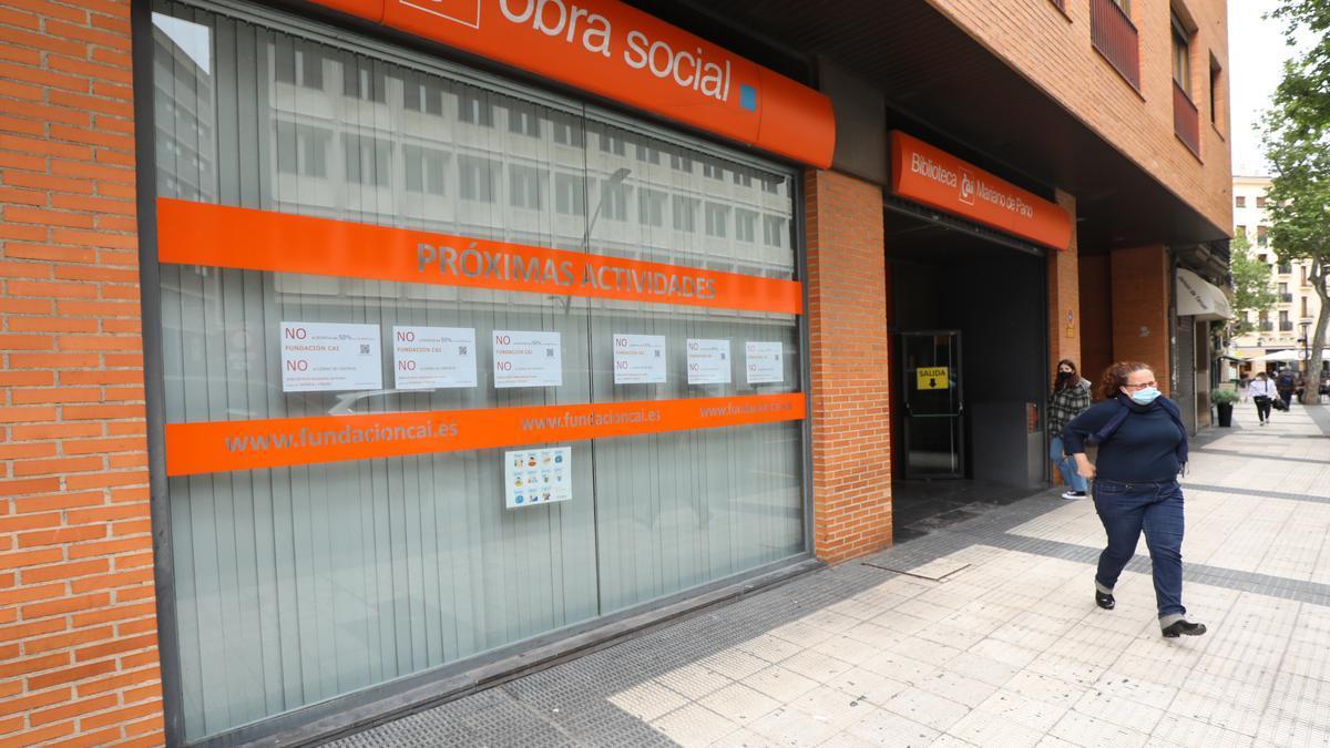Carteles contra los despidos en el exterior de la biblioteca Mariano de Pano de Zaragoza, que podría cerrar sus puertas.