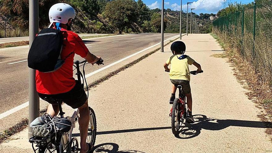 El niño de seis años suele ir en bicicleta o andando hasta el colegio. A la derecha, visita de Hila al CIDE. |  TWIITER @HILA