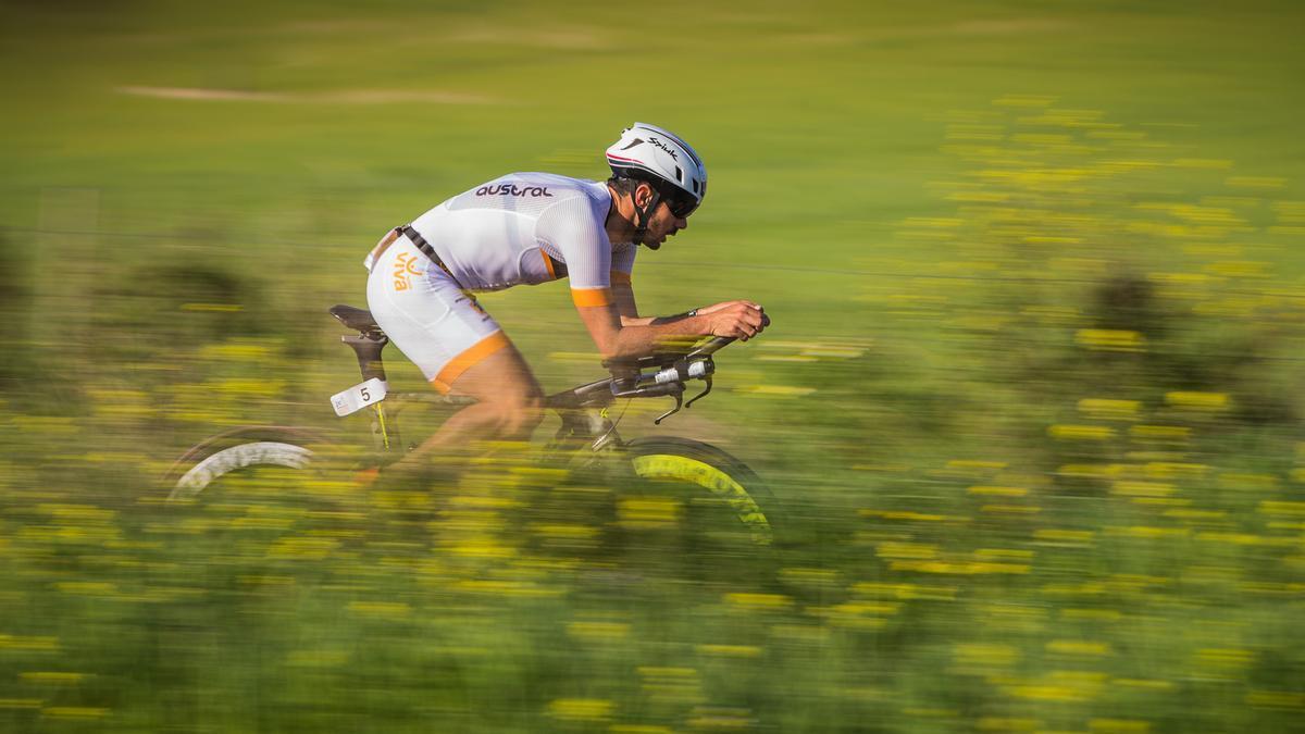 Imagen de archivo de un ciclista durante un triatlón
