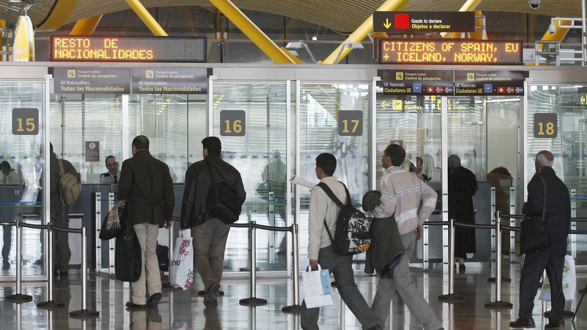 Control de pasaportes en Barajas.