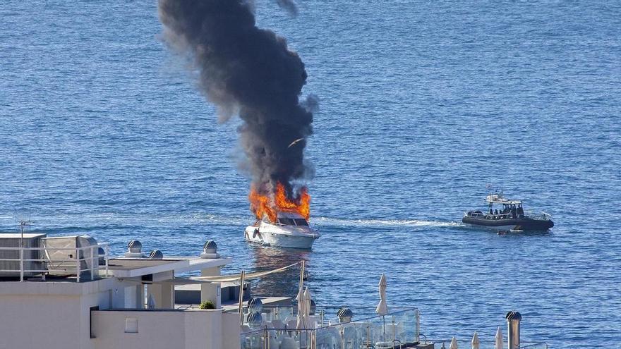 Rescatan a dos personas tras arder una embarcación en Benalmádena