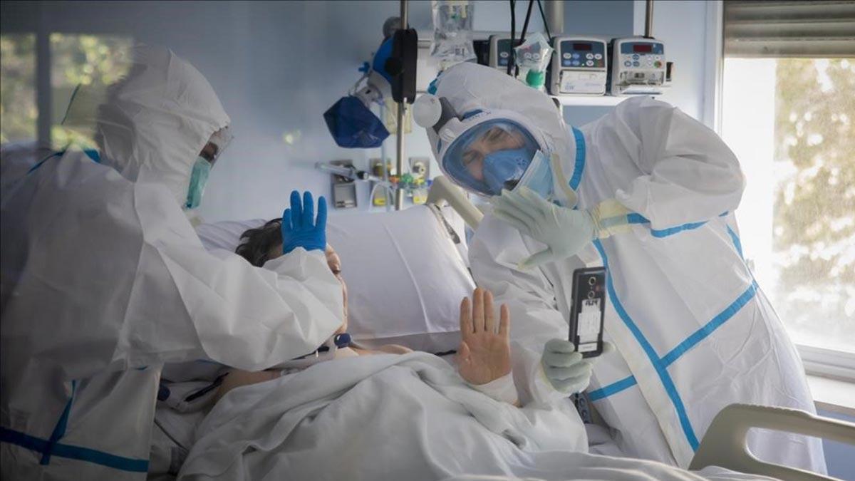 Médicos atiendan a una enferma de covid-19.
