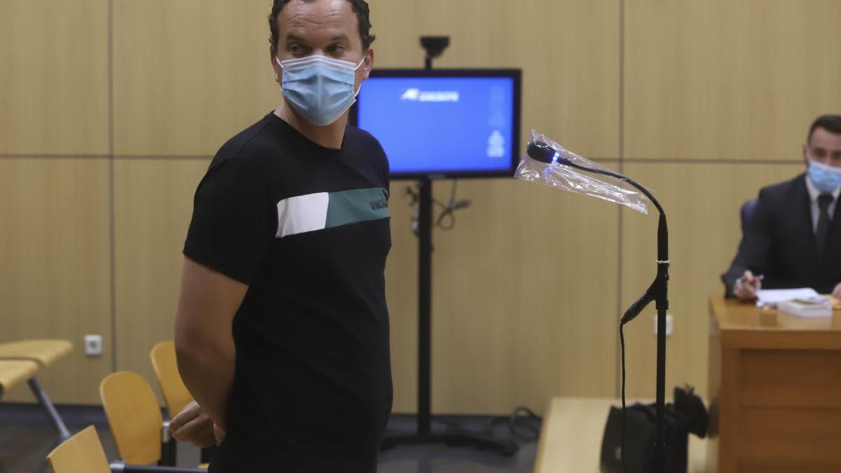 El agresor propinó golpes, puñetazos, amenazas de muerte e insultos como «maricones de mierda» y «chupapollas».