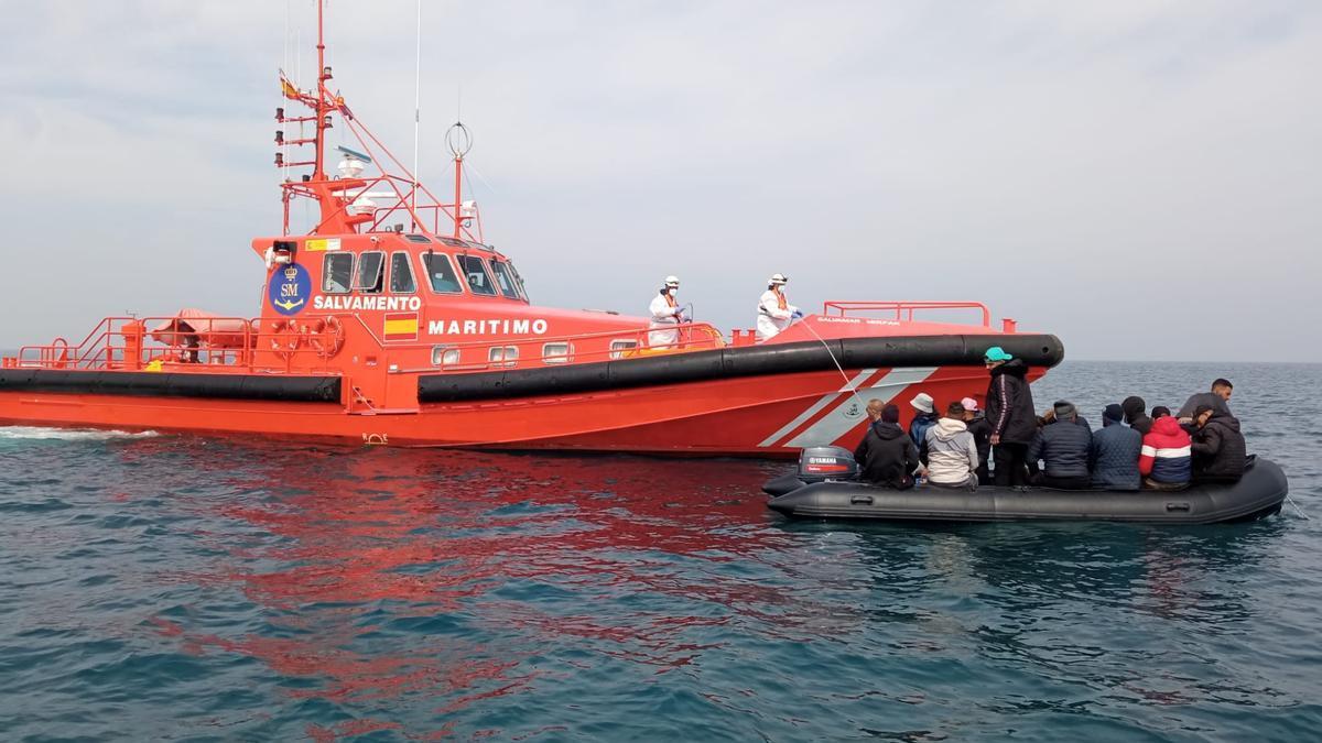 Salvamento Marítimo rescatando a los ocupantes de una patera en Alicante.