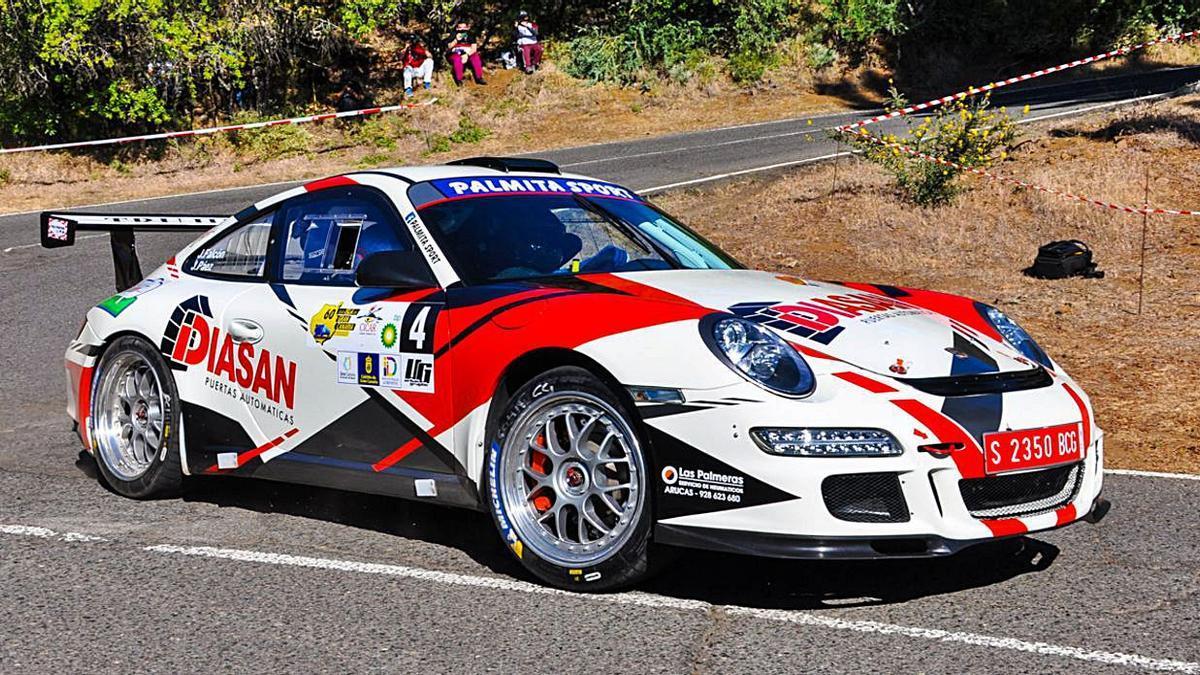 Julián Falcón y Jacob Páez, con el Porsche 911 GT3, rodando ayer en la bajada de Los Marteles.     MOTORACTUALIDAD.ES