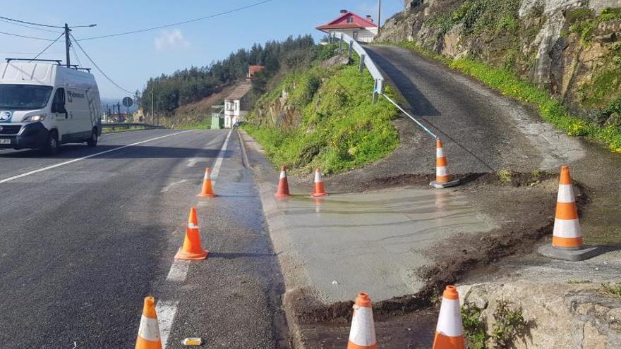 Infraestructuras ataja los desperfectos en la acera de Isamil y amplía el cruce de A Moureira