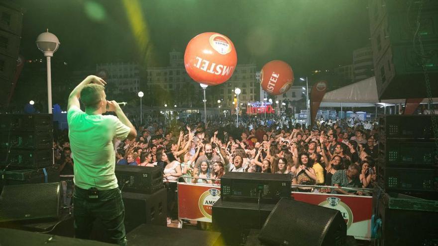 Las fallas de València celebran la Noche de San Juan con casi cien verbenas