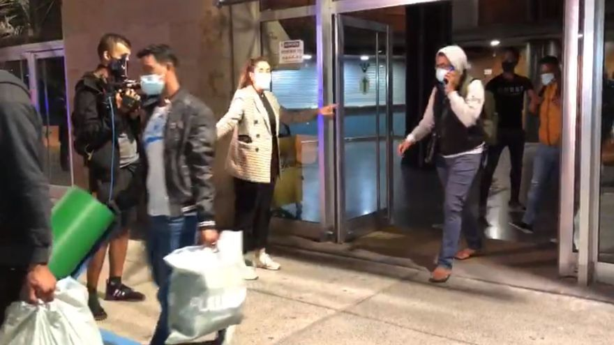 Vídeo: Trasladan a 41 migrantes a un hotel del sur de Tenerife