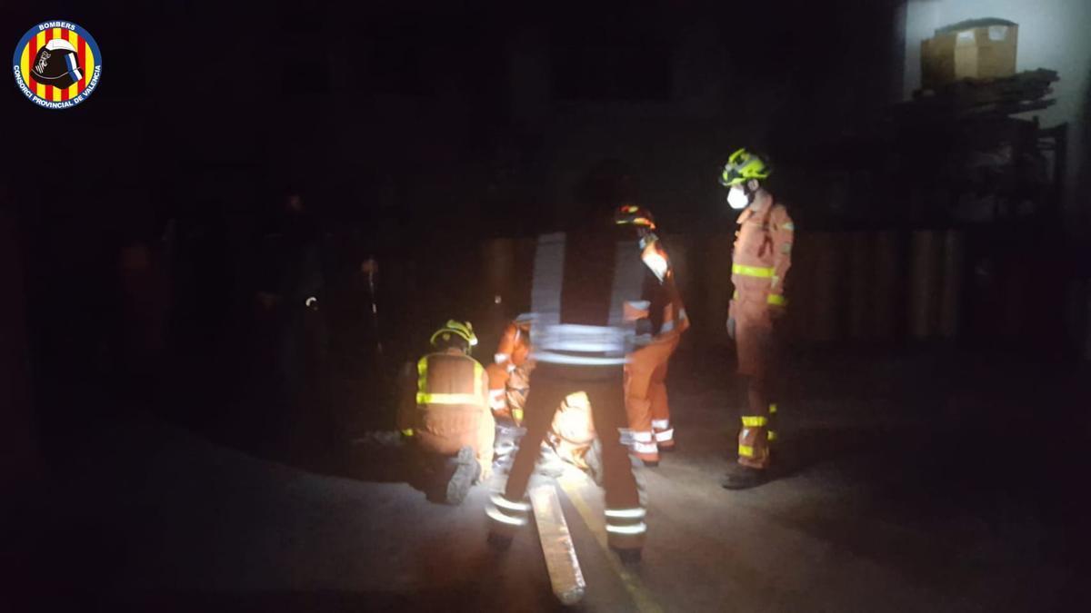 Los bomberos rescatan de noche a un hombre que cayó al entrar a una nave