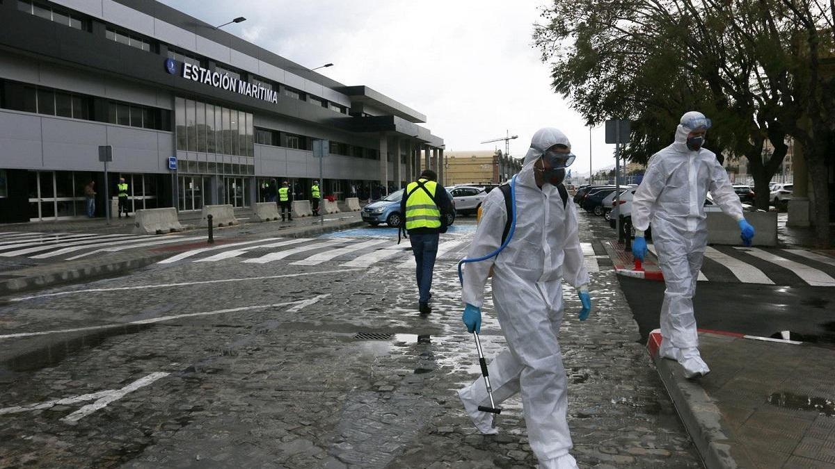 Efectivos de la Unidad Militar de Emergencias realizan tareas de limpieza y desinfección en la Estación Marítima del puerto de Málaga en una imagen de archivo.