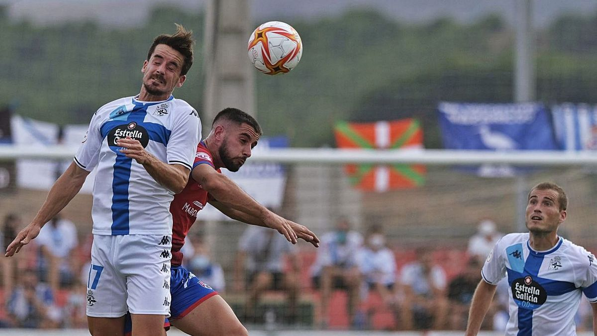 Rafa de Vicente cabecea ante un jugador del Calahorra. |  // LOF