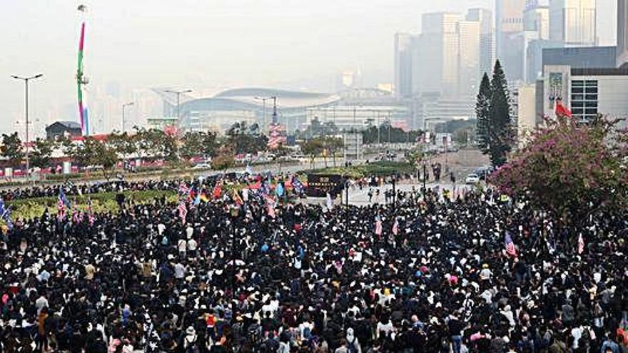 Una manifestació a Hong Kong acaba amb una batalla campal contra la policia