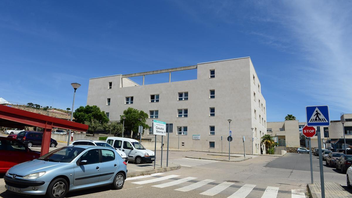 Vista del edificio de consultas externas del hospital.