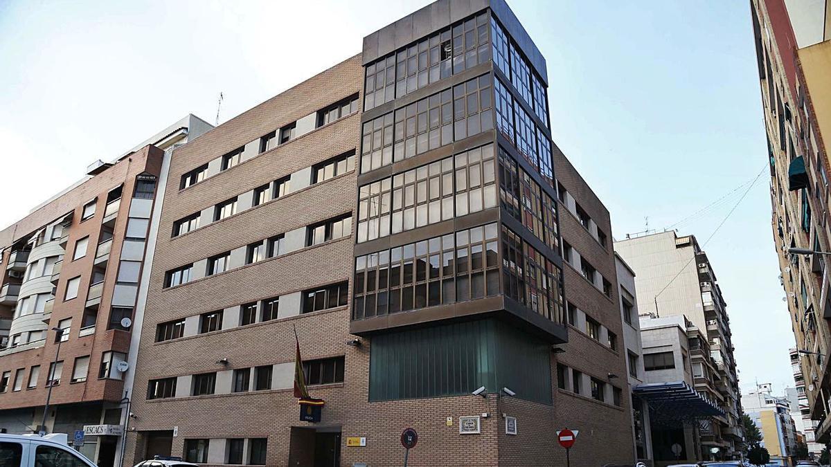 Comisaría de Alzira donde el policía procesado regularizaba a los extranjeros no comunitarios.   VICENT M. PASTOR