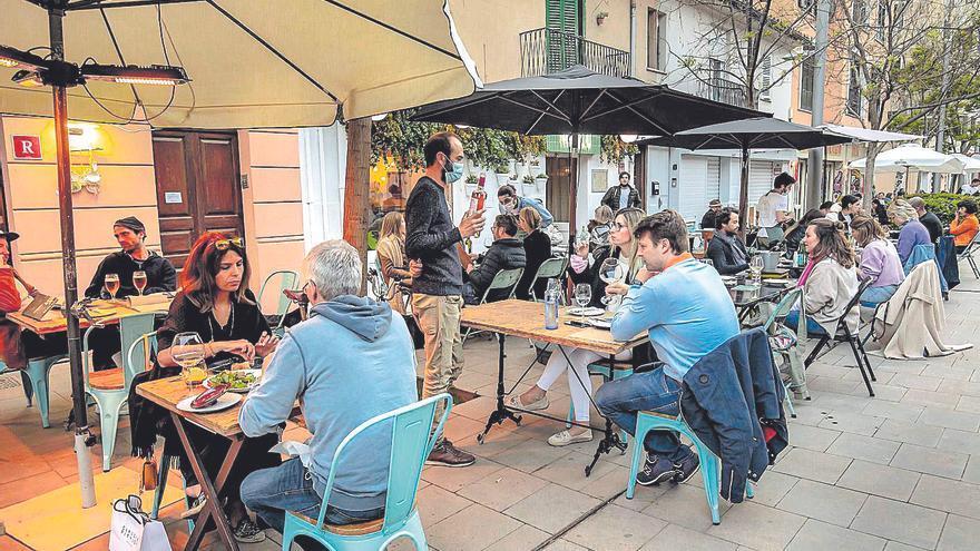 Las patronales de Mallorca creen «seguro» que no se abrirá el interior de los bares