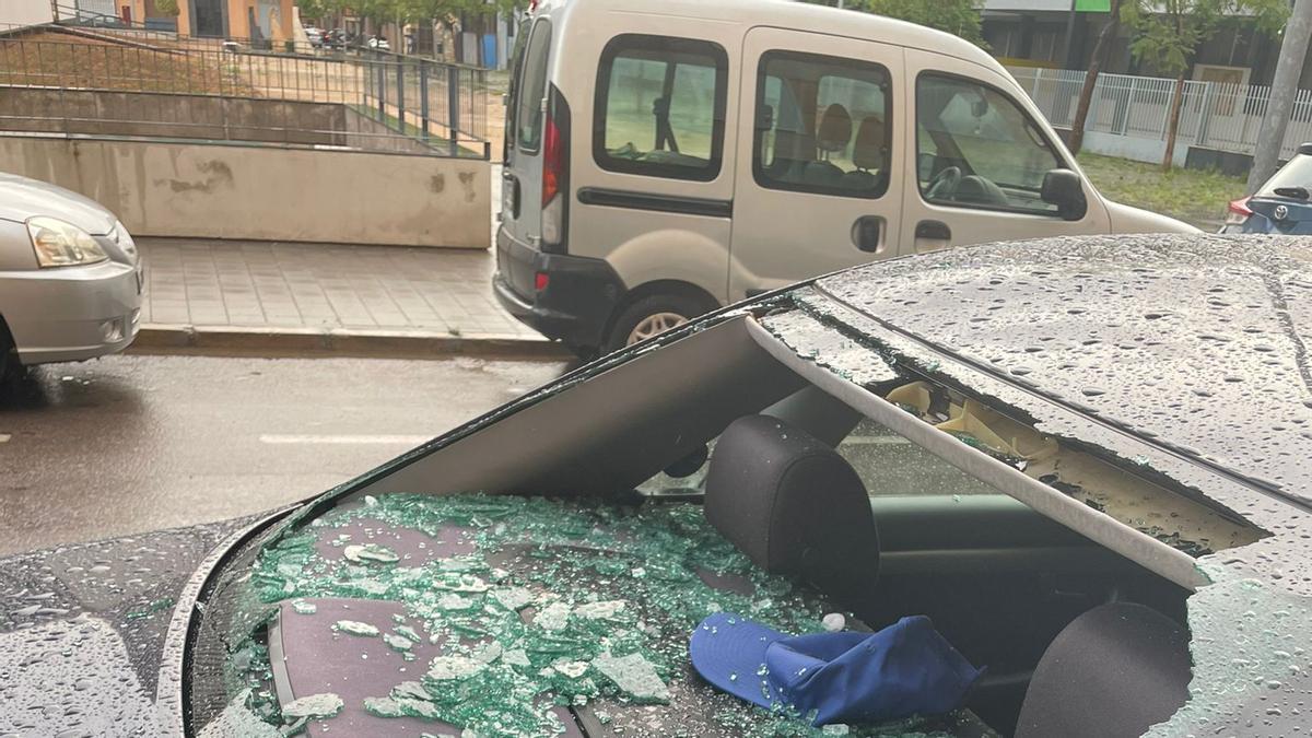 Imagen de un vehículo afectado por la granizada caída en la provincia.