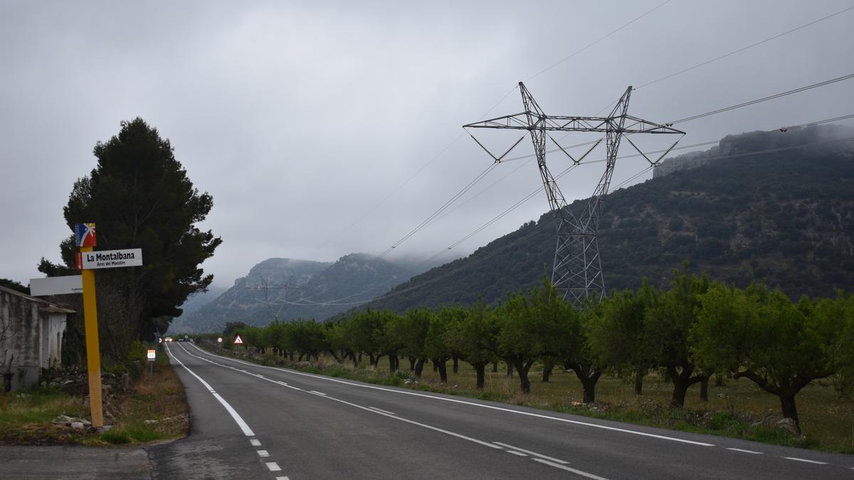 Imagen de una torre de alta tensión al lado de una carretera a la altura de la Montalbana, en Ares.