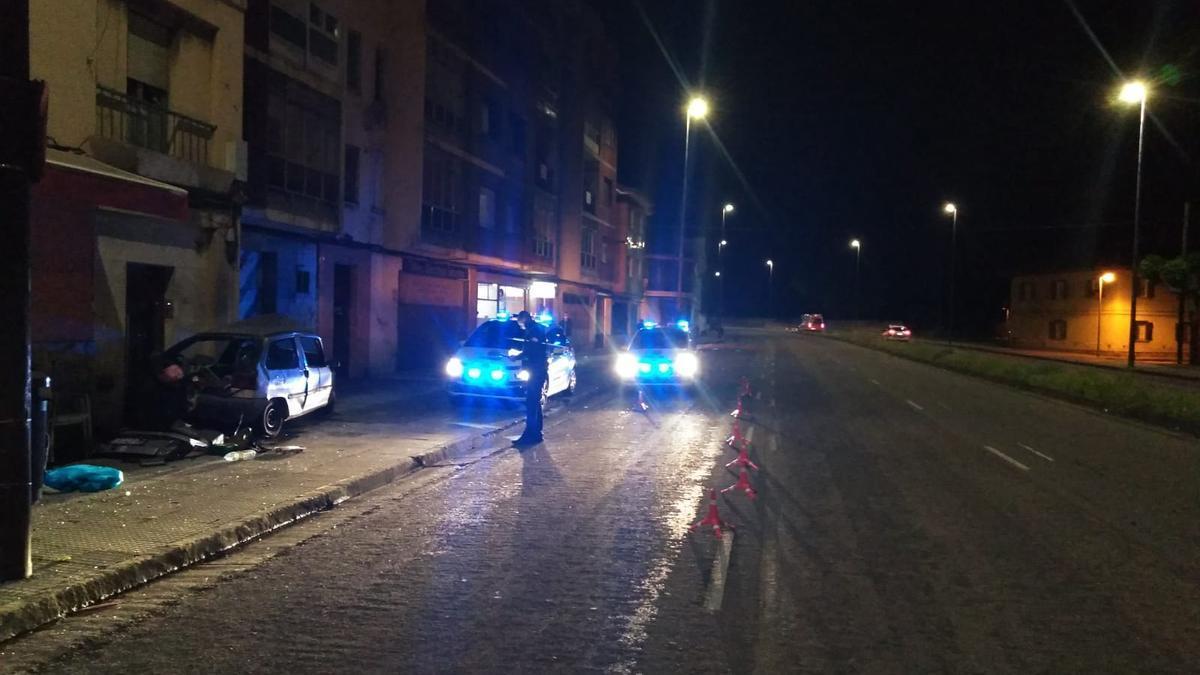 El vehículo accidentado esta madrugada en la avenida de Gijón.