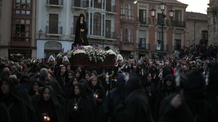 La Virgen de la Soledad, en procesión.