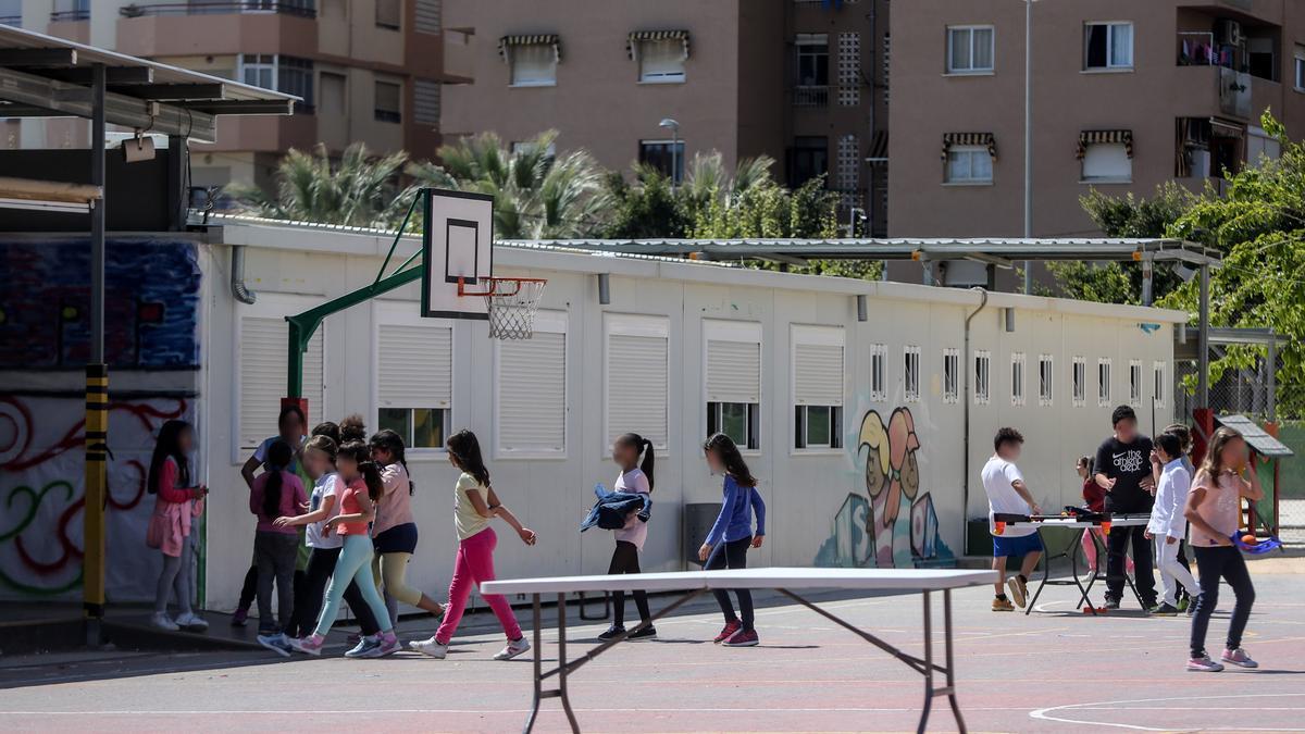 Los alumnos que han pasado por el colegio el Doctor Álvaro Esquerdo llevan más de 40 años estudiando en barracones.