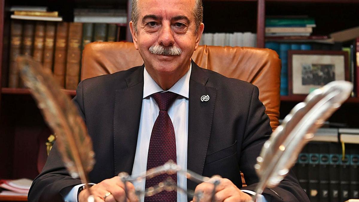Antonio Couceiro, en su despacho de presidente de la Cámara de Comercio de A Coruña. |  // CARLOS PARDELLAS