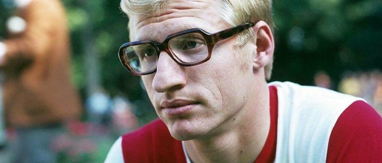 El futbolista, Joop Van Daele, con las gafas que utilizaba a diario y en la mayoría de posados