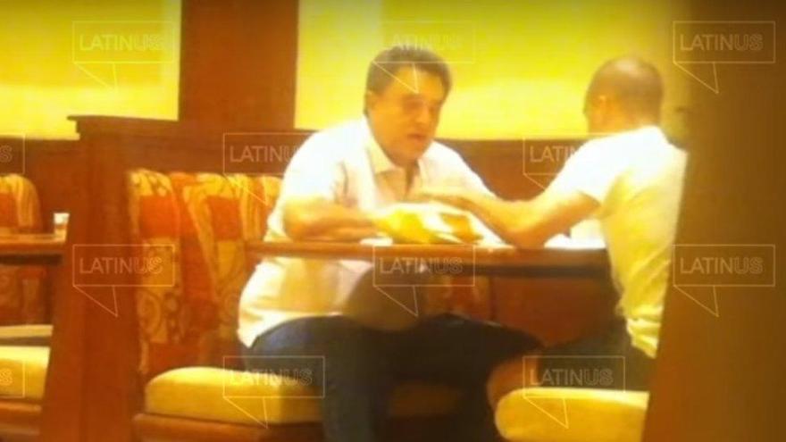 Difunden vídeos del hermano de López Obrador recibiendo paquetes con dinero