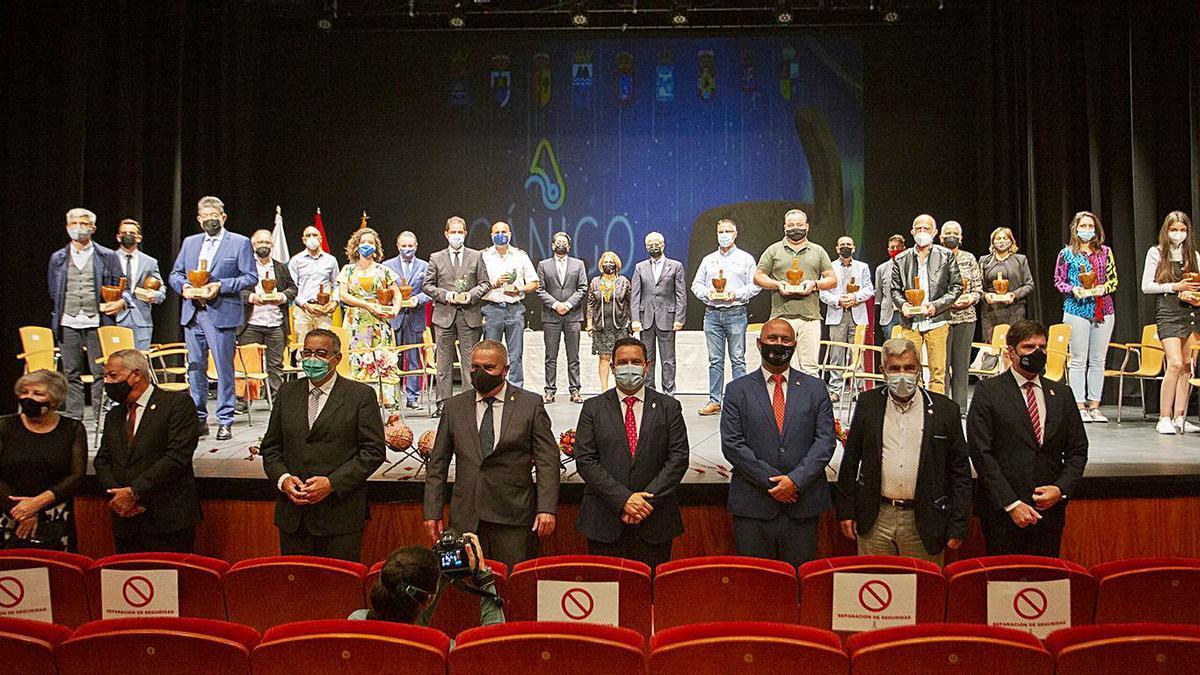 Imagen de los alcaldes (delante) con los premiados y directivos del CIT (sobre el escenario), en los Premios Gánigo.