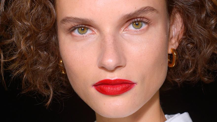 Si no terminas de dominar los labios mate, te interesan los trucos de este maquillador