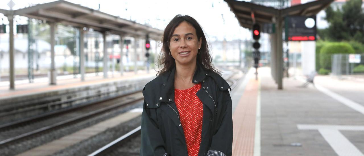 Isabel Pardo de Vera, en la estación de tren de Santiago