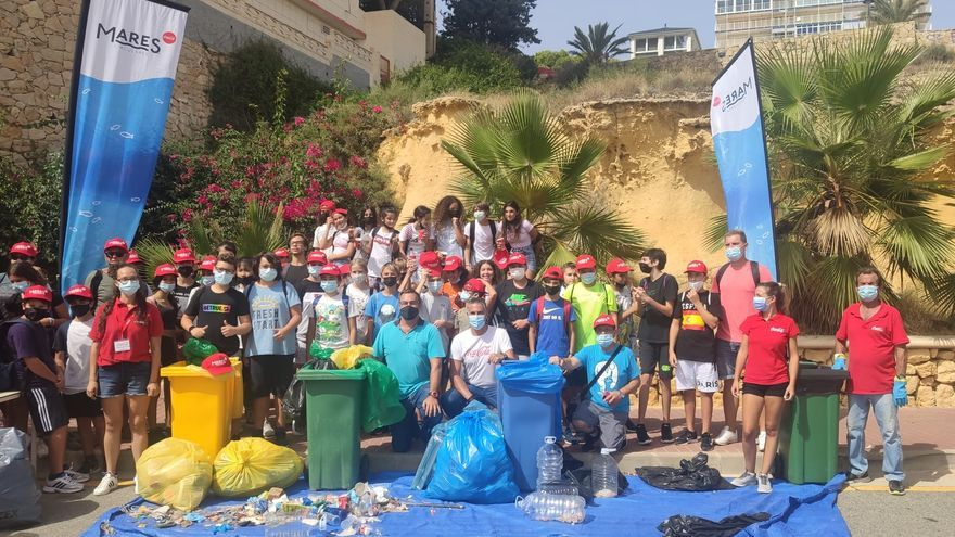 Retiran miles de colillas y decenas de kilos de residuos de las playas de El Campello