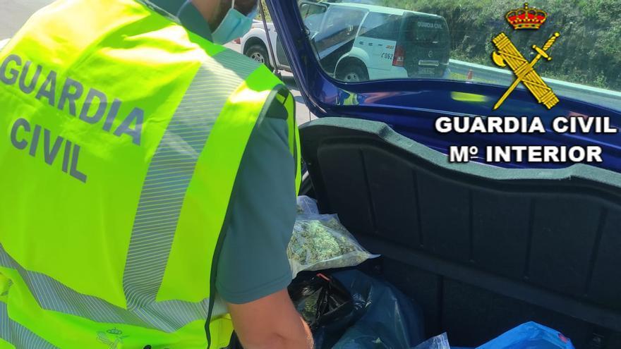 Detenidos dos jóvenes en el peaje de Vilaboa con seis kilos de marihuana en el maletero