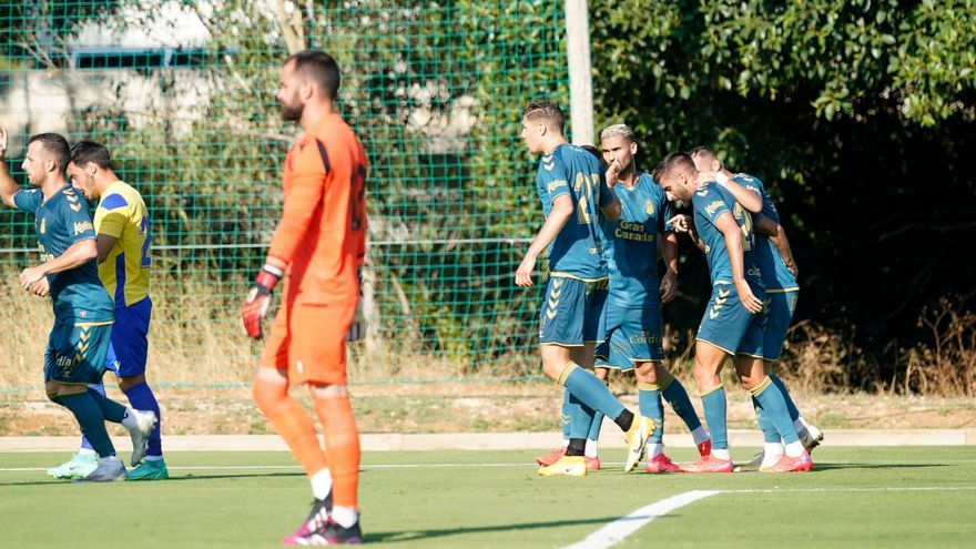 Pejiño y Maikel rubrican la gran presentación de la UD Las Palmas (2-0 ante el Cádiz)