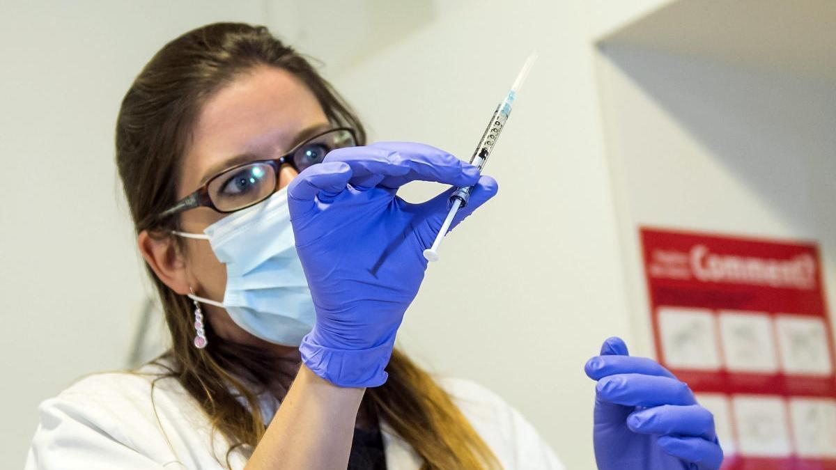 Una imagen de archivo de una enfermera sosteniendo una dosis de una vacuna.
