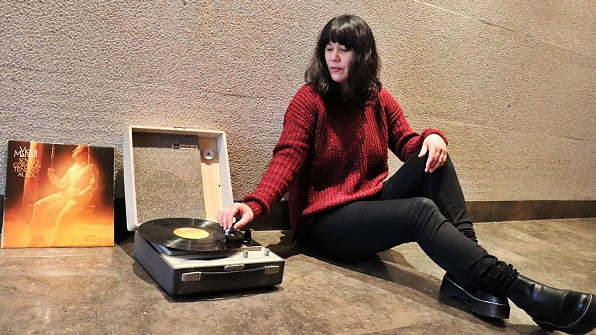 Silvia Penide pincha el disco de Víctor Manuel 'Soy un corazón tendido al sol'.     // LA OPINIÓN
